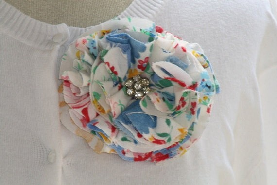 ReTRO FLoRaL ViNTaGE TaBLECLoTH FaBRiC FLoWER PiN with OLD RHiNeSToNE BuTToN