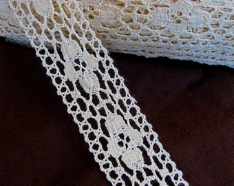 """Pretty vintage cream lace, with elongated flower motifs, bobbin lace look, 1 1/4"""" wide"""