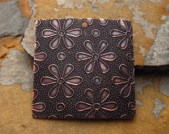 2 Embossed Daisy Tags - Pendants Antique Copper 27mm - Trinity Brass Co.