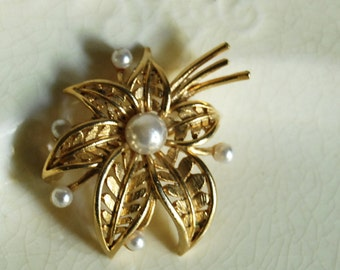 Lisner Brooch, Mid Century Pin, Faux Pearl Brooch, Costume Jewelry, Gold Tone Metal, Flower Wedding Jewelry, Signed Accessories