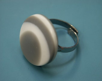 Adjustable ring with unique vintage 1960s laminated white/grey plastic beadfrom the op and pop culture era