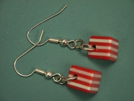 Unusual earrings/earhangings with silvercolor metal earhooks and laminated striped red/white plastic beads