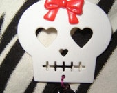 PIF......... HALLOWEEN.....GIRLIE SKULL PIN White with Black Heart and Red Bow