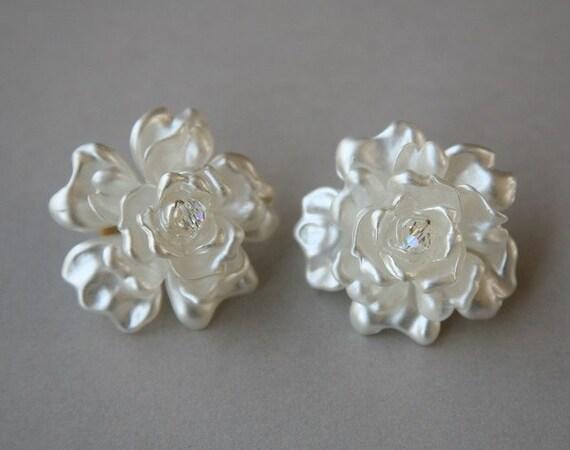 Whte Floral Pierced Earrings