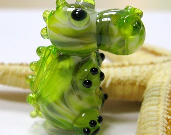SMAUGGS little baby-dragon (1p, 22mm x 15mm x 15mm), glass, green, hole 2mm