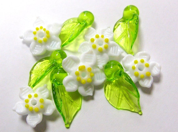 SMAUGGS handmade strawberry blossoms and leaves (10p, 10mm and 16mm), glass, green, white, hole 2mm