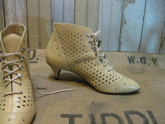 Vintage ankle Boots  Leather cut outs Studs Yellow  cream  8.5