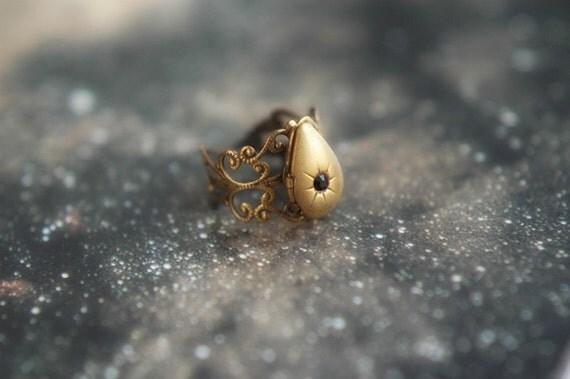 Black star - adjustable vintage locket ring in antiqued brass