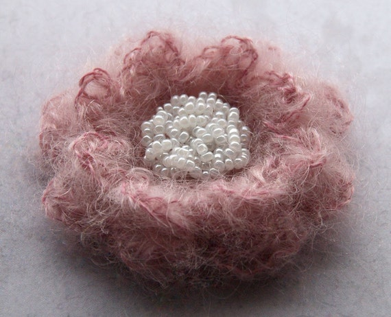 Flower brooch in dusty pink and ivory - daisy brooch