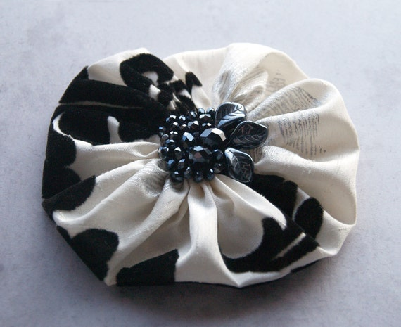 Flower pin in black and white satin - winter fashion