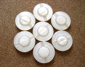 6 Plastic buttons cream with white ornament 28mm