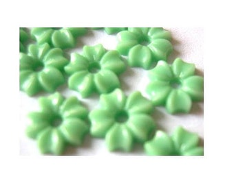 25 beads, flowers, lucite,  vintage, green, 8.5mm