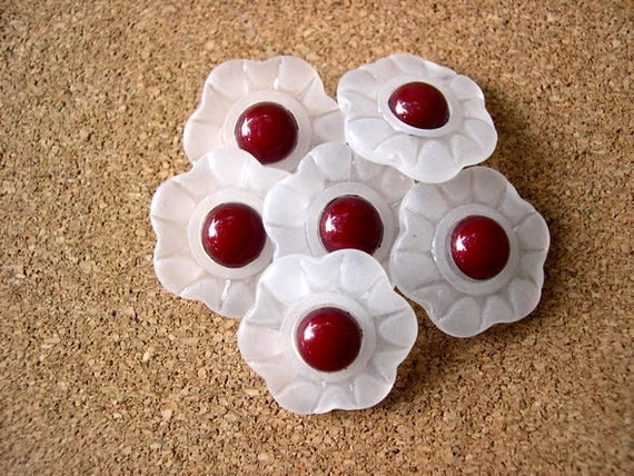 6 Vintage flowers buttons frosted white with bordeaux center, 21mm