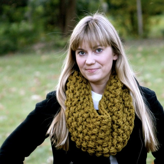 Milla hand-knit chunky cowl - snapdragon green