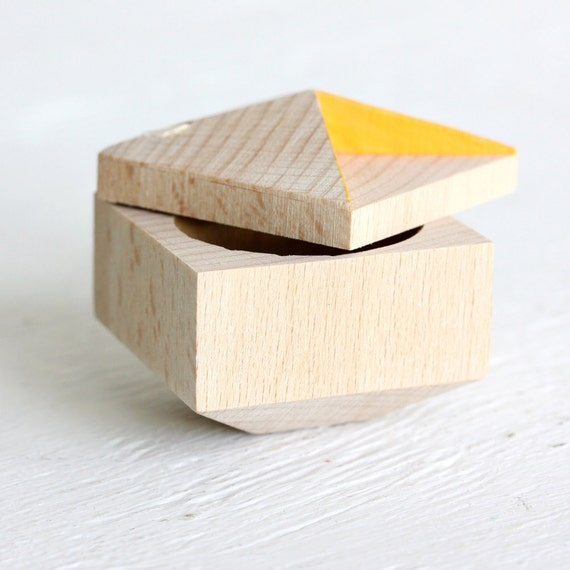 Pixie - faceted ring box made from reclaimed wood