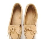 size 9 MINNETONKA tan suede 80s 90s MOCCASIN fringe loafers