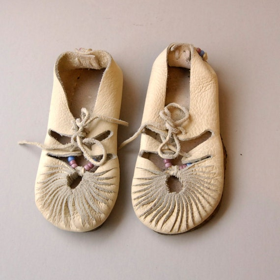 size 8.5 9 HANDMADE white leather 60s MOCCASIN beaded lace up ANKLE booties