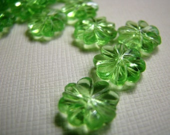 Vintage green flower beads (20)