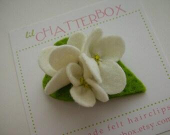 Wool felt hair clip - Soft white Nazuna flower