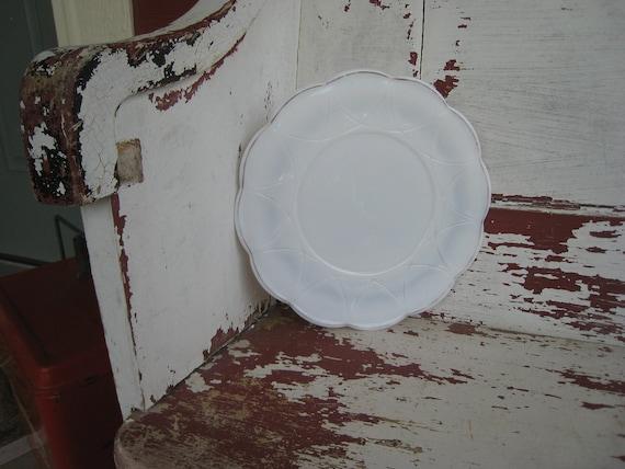 Milk Glass Plate Wintage with Scallpoed Edges Like Flower (0051-ED)