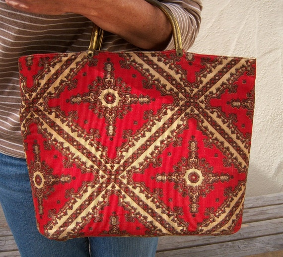Red medallion vintage handbag / corduroy brass handle
