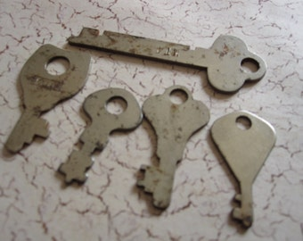 vintage keys rusty flat keys lot 4