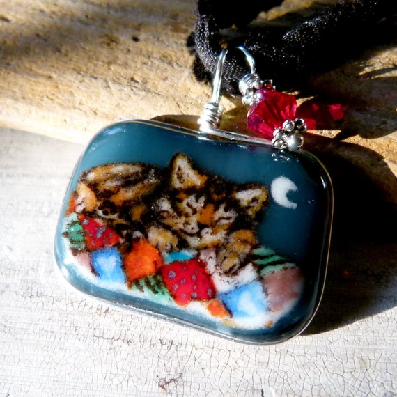 Amazing little sleeping kitten on a patchwork quilt - Fused glass pendant
