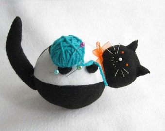 Black and White Felt Cat Pin cushion with Ball of Yarn - cute felt kitty cat collectable or Gift for cat lover Gift for sewer - MTO