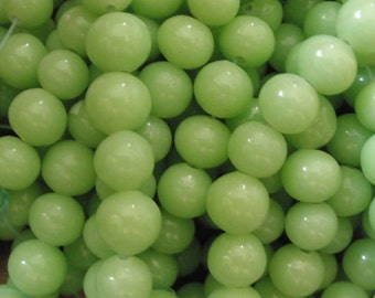 Vintage Glass Beads (18) Apple Green Glass Beads