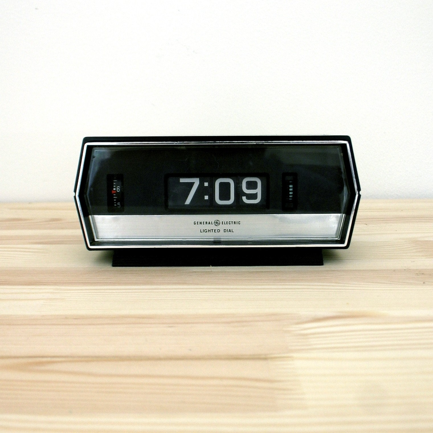Vintage ge lighted flip alarm clock White flip clock