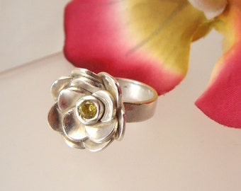 Peridot flower - Fine silver ring with a 4mm peridot Cubic Zirconia