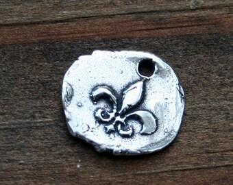 Little Round Fleur de Lis Charm /CH1403