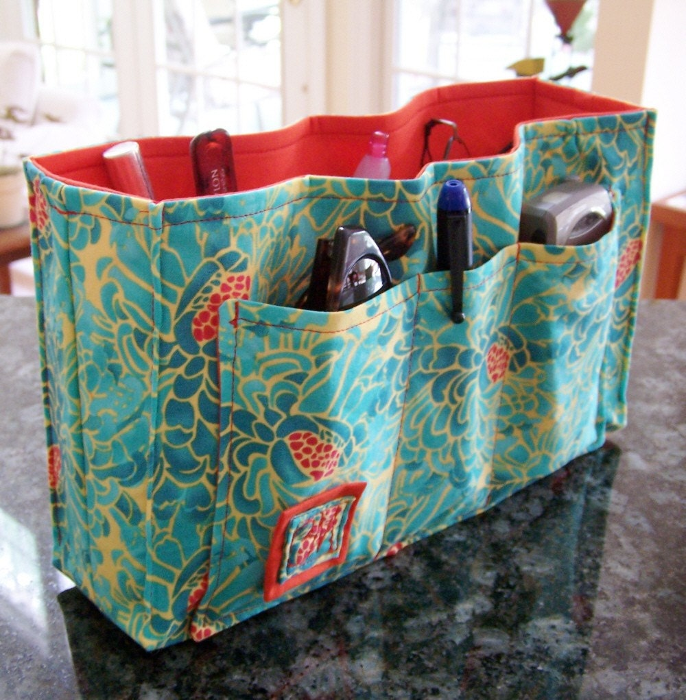 A simple reversible sling bag pattern and tutorial. Great project for even beginning sewers!