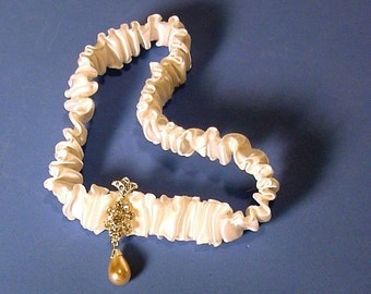 wedding garter UNE FLEUR CRISTALLINE toss garter a Peterene Original design design Swarovski crystals