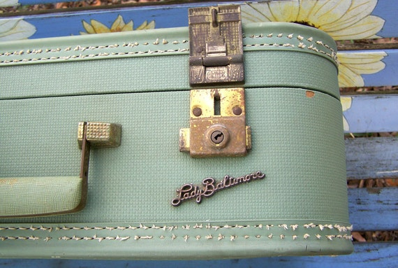 Lady Baltimore   Vintage Small Suitcase  in Sage Green