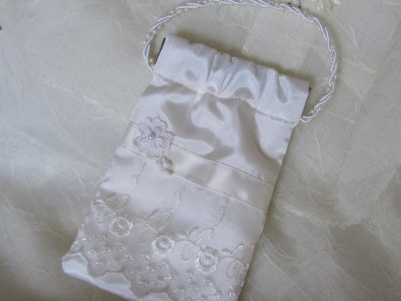 Perfect little purse for the Bride to carry down the aisle. Great gift for the Bridesmaids