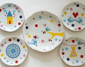 Super festive serving set of one very large and four smaller (cake/breakfast) plates