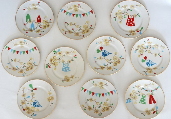 Super festive set of one very large and ten smaller (cake) plates
