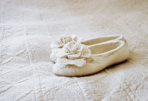 Women house shoe, felted slippers whit flowers MARBLE ROSES -30 % discount Bridesmaid Gifts
