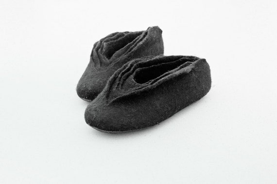Women house shoes, Felted wool slippers, Black Swan
