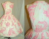 1950's White And Pink VICTORIAN SCENE Novelty Print Dress Vintage 50's Romantic Scenic TOILE Cocktail Couture Wedding Cocktail Party Dress