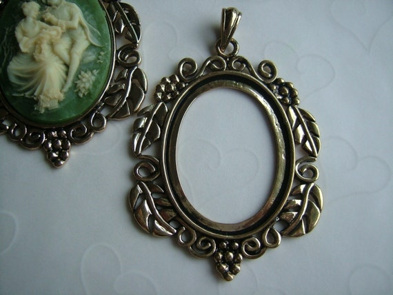 Last Pack -- 2 pieces of Daisy Flower Antique Gold Plated Cabochon Pendant Settings, fits 40x30 mm oval