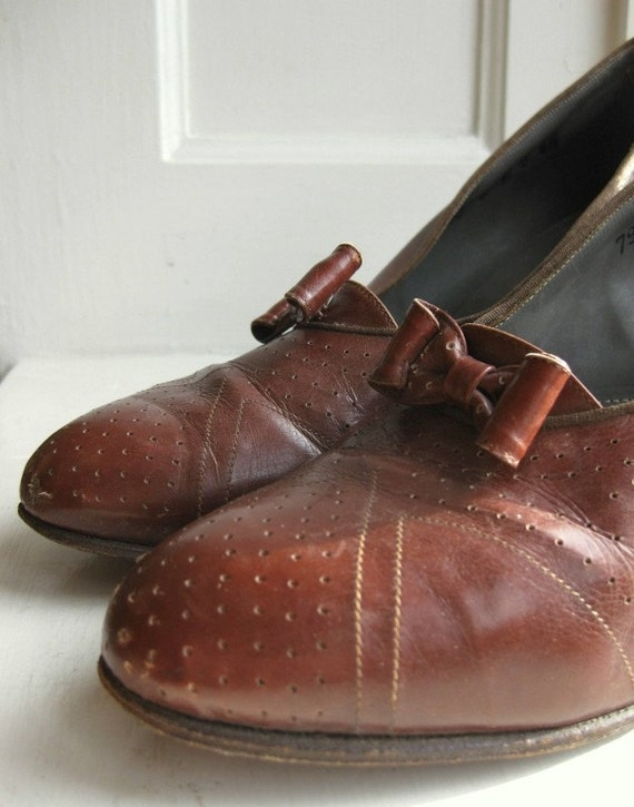 1930s burgundy bow heels - 6 to 7 US