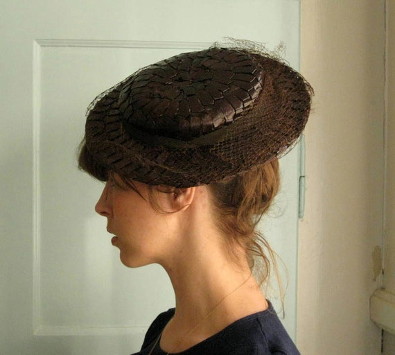 1930s brown raffia tilt hat