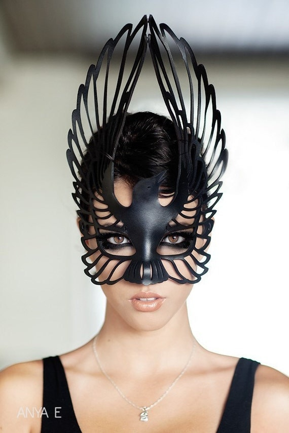 Raven leather mask in black