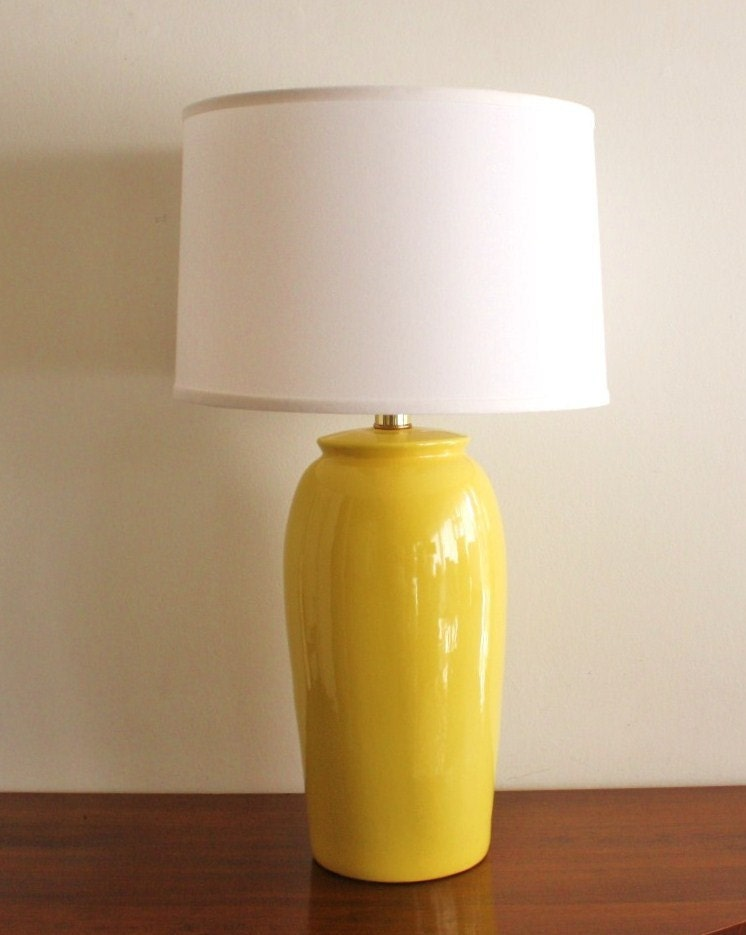 ... Large vintage yellow ceramic table lamp. 🔎zoom