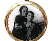 Locket BONNIE AND CLYDE Necklace Pendant Vintage Style Brass Photo