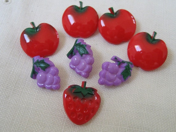 Lot of 8 VINTAGE Realistic Grape Tomato Strawberry Plastic BUTTONS