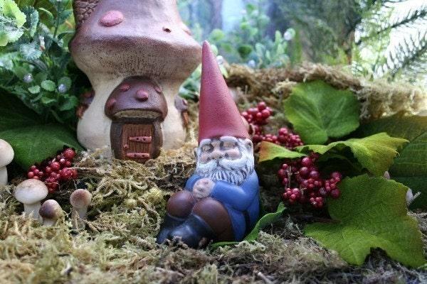 Gnome Garden: SLEEPING GARDEN GNOME Mini Concrete Garden Sculpture