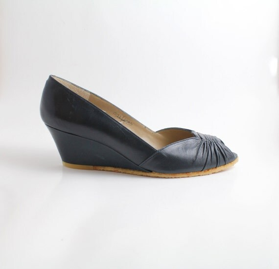 sz 6 - 6.5 vintage shoes / leather peeptoe wedges / ruched leather / 36 - 37